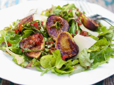 Grilled Figs Arugula Salad with Roasted Pepper Vinaigrette