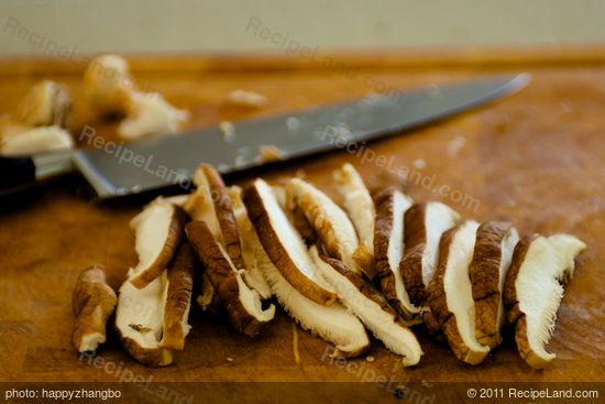 Remove the tough ends, slice the mushrooms into slices.