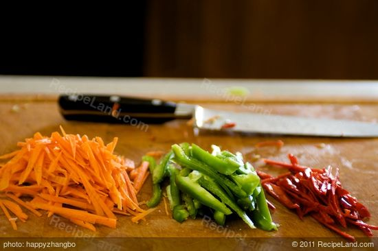 Cut the carrots, red and green chili peppers into match sticks.
