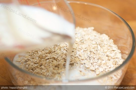 Add the oats into a medium bowl, pour the milk in.