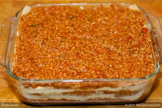 Spread the remaining TVP and tomato sauce mixture over the noodles.